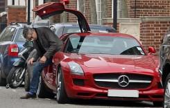 Rowan Atkinson își vinde McLaren-ul F1, conduce un SLS