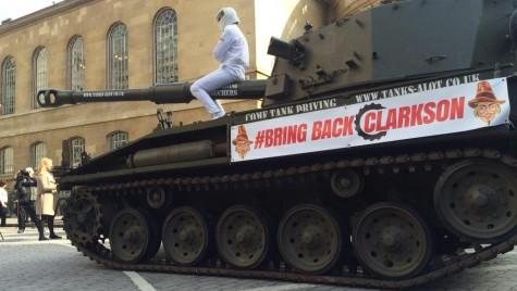 """Fanii lui Jeremy Clarkson au """"atacat"""" sediul BBC la bordul unui tanc"""