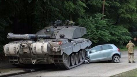 O mașină de școală e strivită de un tanc în Germania
