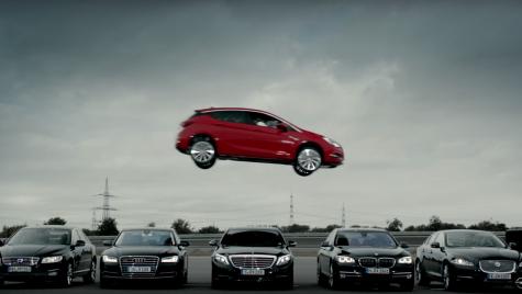 Noul Opel Astra enervează concurența cu un spot curajos
