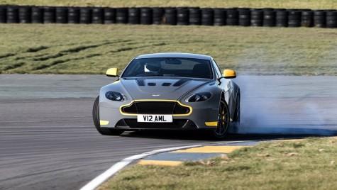 Mână-n mână cu pilotul: Aston Martin V12 Vantage S cu transmisie manuală