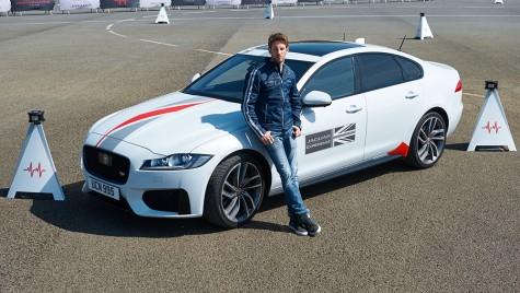 Jaguar XF vs. jaloane: toată lumea e invitată!