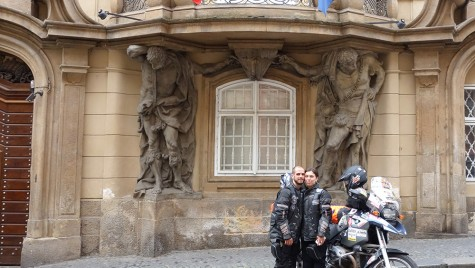 Un cuplu de români și un BMW R 1200 GS în jurul lumii