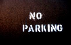Proiect de lege: parcarea pe trotuar – interzisă!