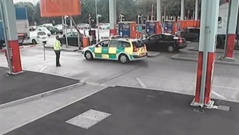 """Ambulanța falsă """"fentează"""" ambuteiajele în Anglia!"""