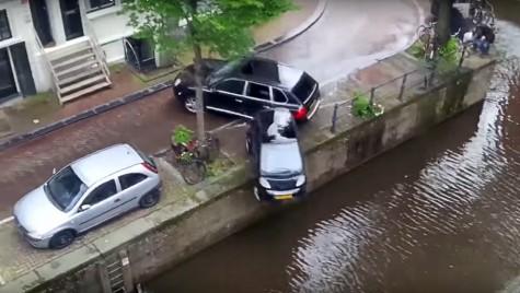 Un Porsche Cayenne aruncă un smart în apă!