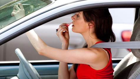 Femeile nu coboară din  mașină … nemachiate!