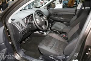 Un interior atât de curat ar trebui să vă dea de gândit. Nu are nici măcar încărcător de telefon sau stick de muzică în mașină? Chiar nimic?