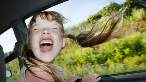 Cum ne calmăm copilul neastâmpărat când plecăm cu mașina?