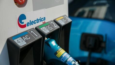 S-a deschis prima stație electrică amplasată într-o benzinărie