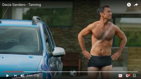 Cum te bronzezi în Dacia Sandero? Nouă reclamă amuzantă