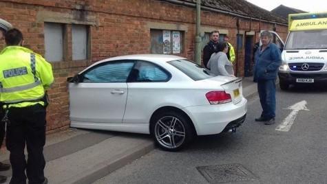Accident ireal în Marea Britanie – Un BMW izbit de zid