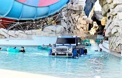 Cu tiranozaurul la piscină – Un Mercedes G-Class 6×6 face baie la parcul acvatic din Dubai