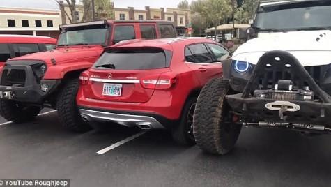 Asta pățești dacă parchezi aiurea! Șofer de Mercedes blocat pe locul de parcare