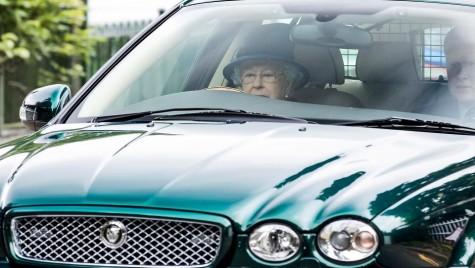 S-a săturat de etichetă! Regina Angliei a fost surprinsă la volan de paparazzi