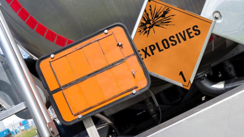 orange Gefahrentafel mit Gefahrnummer 80 und UN-Nummer 1830 (Sch