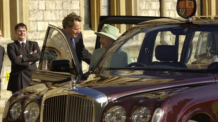 Au prins-o pe Regină! Elisabeta a II-a raportată pentru că nu purta centură