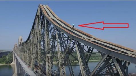 Un cascador a escaladat podul Anghel Saligny cu bicicleta!