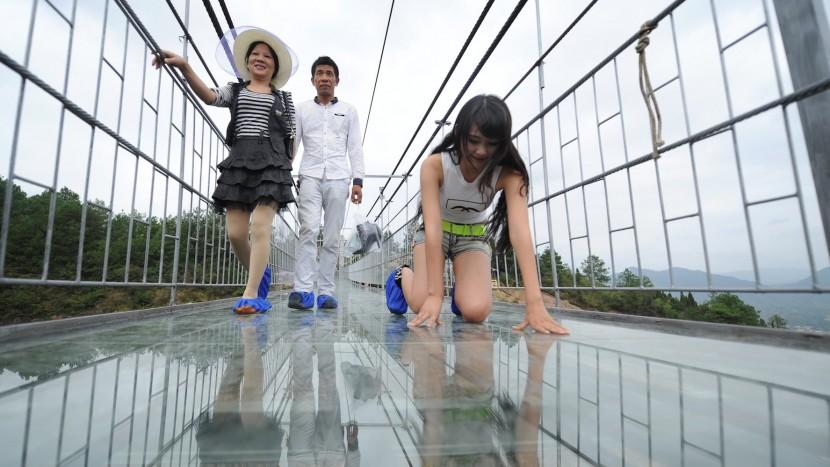 Cel mai lung și mai înalt pod de sticlă din lume