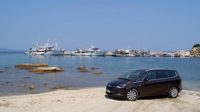 Portul pescăresc din Neo Rodes. Fiecare ambarcațiune are poveștile sale. Mai mult sau mai puțin pescărești.