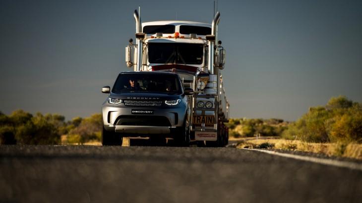 Un Land Rover Discovery trage TIR-ul după el