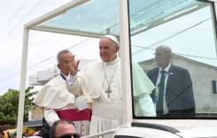 """""""Mi-a tras un pumn!"""" Papa glumește după ce s-a lovit la cap în geamul papamobilului"""