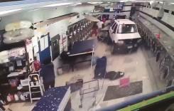 A greșit spălătoria! Un șofer în vârstă a ajuns cu mașina într-o spălătorie de haine!