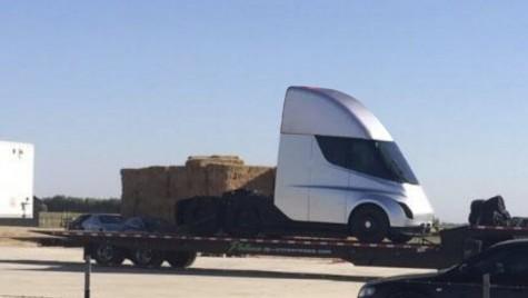 Update: Lansarea primului camion Tesla, amânată