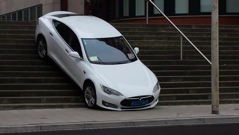 Ușor cu Tesla pe scări! Un șofer a ratat virajul și a ajuns într-o poziție… incomodă!