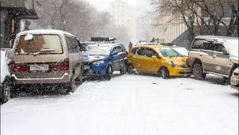 Pârtieeee! Mașinile au luat-o la vale pe gheață!