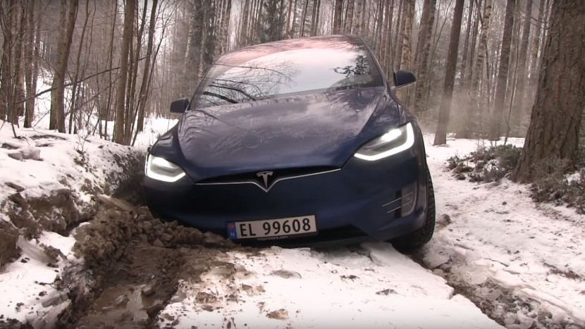 Off-road SUV-ul Tesla Model X
