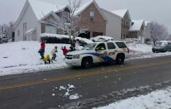Polițiștii s-au dat jos din mașină ca să-i bată pe copii… cu bulgări!