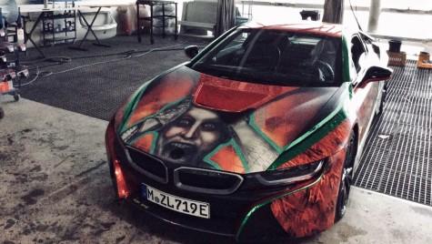 Nu e de râs! Așa arată BMW i8 cu chipul Joker-ului pe capotă