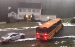 Un autouz plin cu elevi a luat-o la vale pe gheață