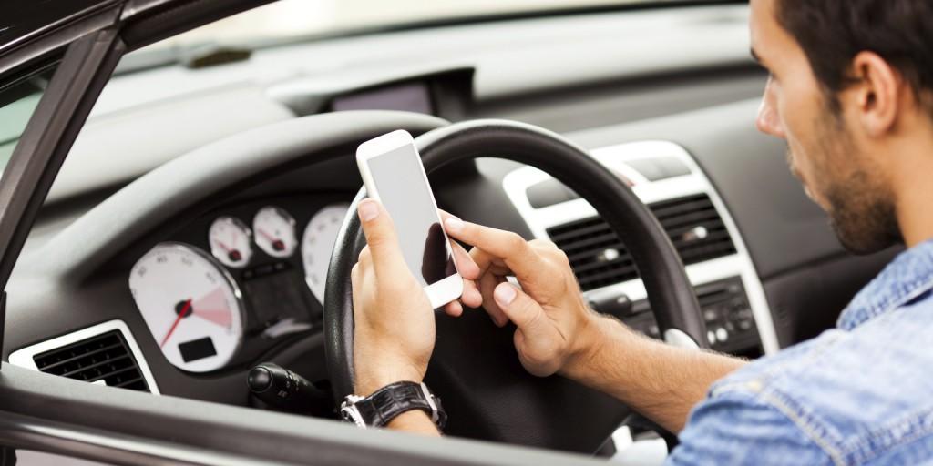 Puteți rămâne fără permis dacă vorbiți la telefon