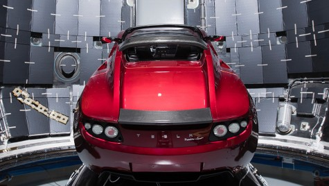 Elon Musk își trimite mașina în spațiu