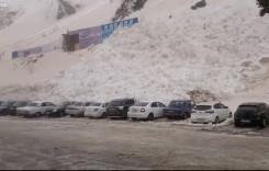 Păzea că vine! Zeci de mașini îngropate de avalanșă