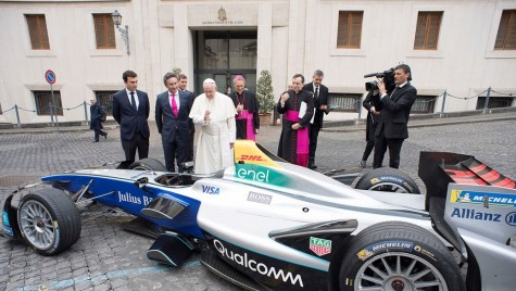Papa Francisc a binecuvântat un monopost de Formula E