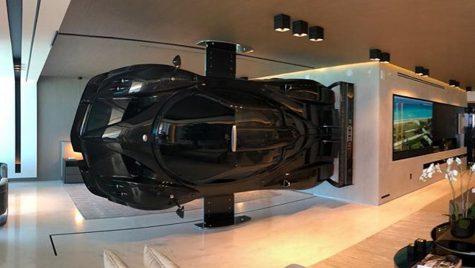 Bibelou cu 4 roți. Un pasionat de mașini pune un Pagani Zonda în sufragerie pe post de decor