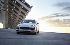 Porsche Cayenne E-Hybrid vine cu 462 CP