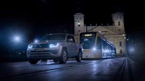 Noul Volkswagen Amarok cu motor V6 tractează un tramvai