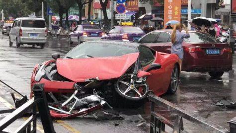 A făcut praf un Ferrari la câteva minute după ce l-a închiriat