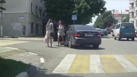 Bătaie în plină stradă după ce șoferița a claxonat pietonul pe trecere
