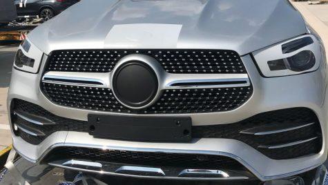 Viitorul Mercedes-Benz GLE surprins aproape complet dezbrăcat de camuflaj