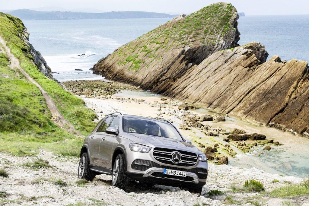 Noul Mercedes-Benz GLE – Primele informații și fotografii oficiale. Mercedes-Benz GLE se reinventează. SUV-u premium primește în premieră suspensie activă E-ACTIVE BODY CONTROL și un mod Free-dNoul Mercedes-Benz GLEriving