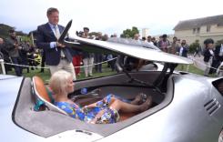 Ea este blonda care a pus mâna pe Mercedes-Benz EQ Silver Arrow, conceptul de care nimeni nu se atinge