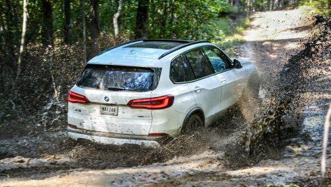 Reverse Assistant sau cum dă BMW X5 singur cu spatele