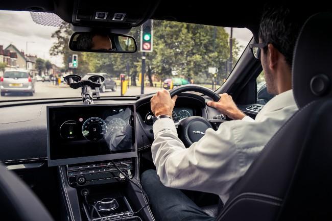 Jaguar F-Pace vorbeste cu semafoarele (1)
