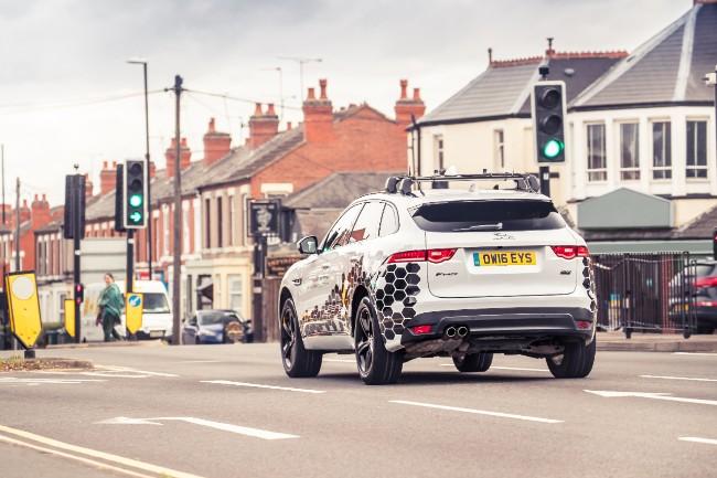 Jaguar F-Pace vorbeste cu semafoarele (3)