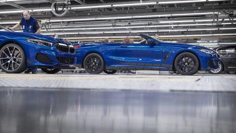 Noul BMW Seria 8 Cabrio a intrat în producție la uzina în care muncitorii poartă ochelari VR